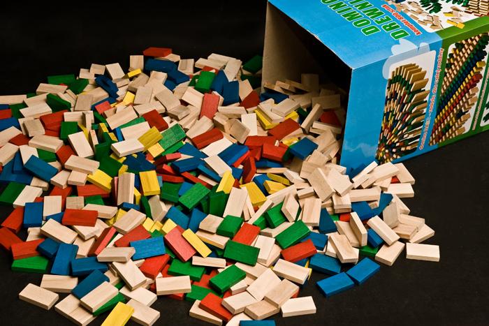 Dřevěné domino v tubě - 800 ks barevné