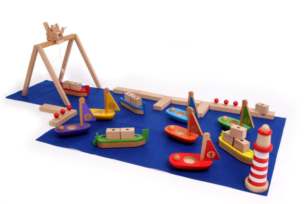 Dřevěná vláčkodráha přístav