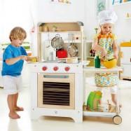 HAPE drevená detská kuchynka na kolieskach