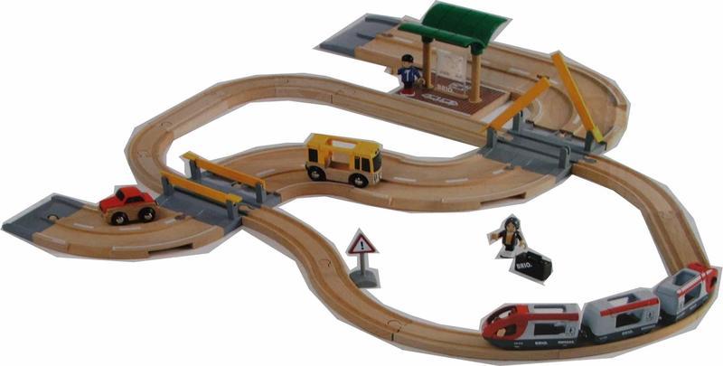 Vláčkodráha s os. vlakem, závorami a silničním přejezdem