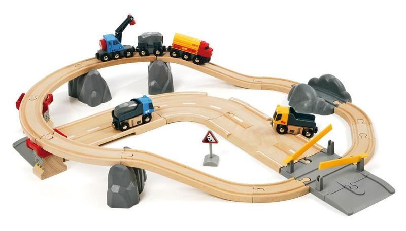 Vláčkodráha s nákl. vlakem, podjezdem a silnicí