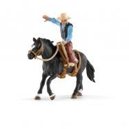 Kowboy ujeżdżający dzikiego konia