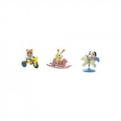 Baby príslušenstvo - šteňa, medvedík, králik sa hrajú vonku
