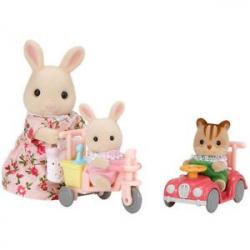 Mamička biely králik s hrajúcimi sa mláďatami