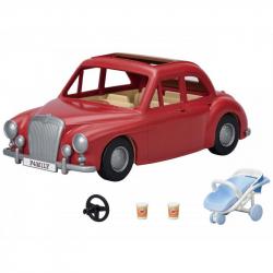 Rodinné cestovní auto červené s kočárkem a autosedačkou