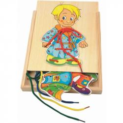 Drevené motorické hračky Woody - Šnurovacie šatníková skriňa Chalan